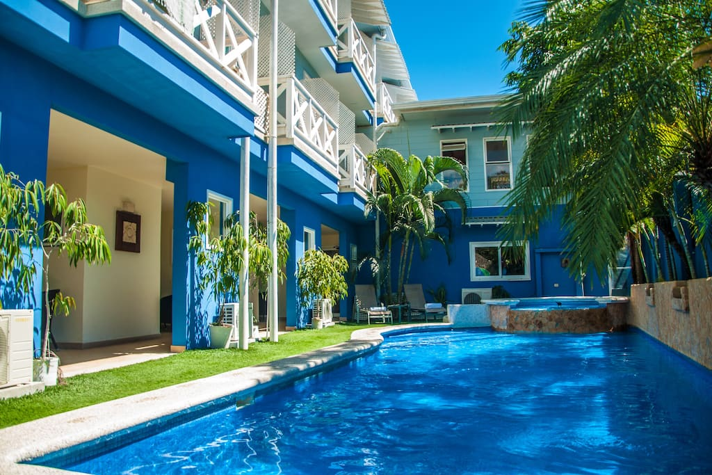 Habitaci n triple est ndar vistas a la piscina bed and for Piscina santa teresa albacete