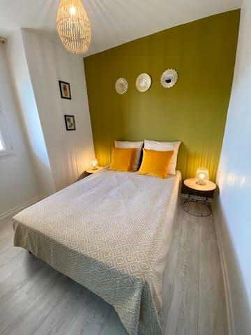 Chambre : lit 140cm + grand rangement penderie et étagère
