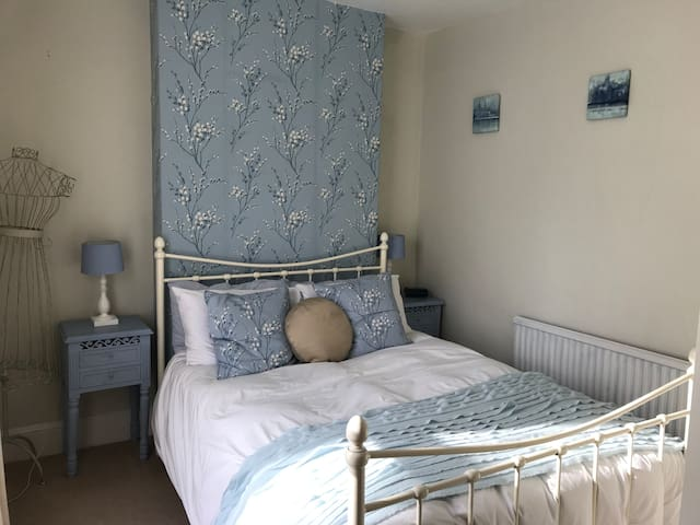 Double room in Westbury. Near to Longleat and AOSB