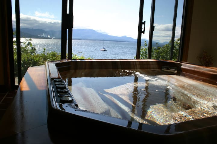 Private oceanfront suite with hot tub - Salt Spring Island