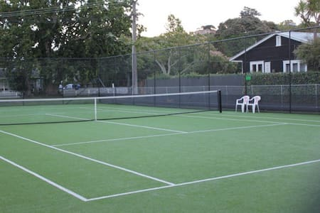 Cottage with tennis court & beach - Whangaparaoa - Cabin