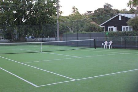 Cottage with tennis court & beach - Whangaparaoa