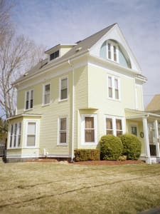 5 mins. walk to train & town center - Stoughton - House