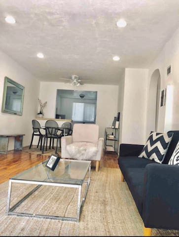 CENTRALLYLOCATED.2BEDS.ENTIRE APARTMENT. PARKING.