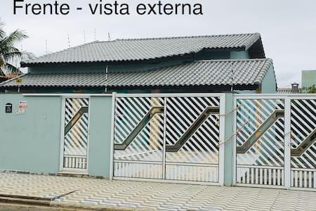 Casa para temporada em Peruibe para 14 pessoas.