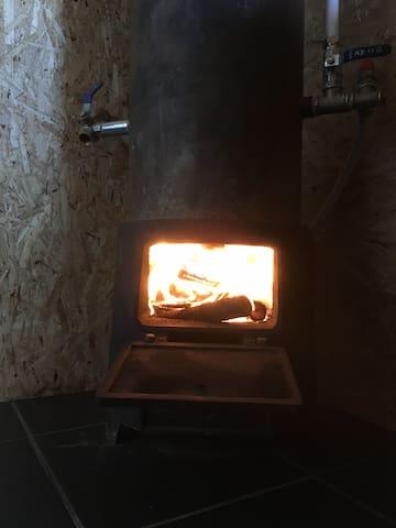 Chuveiro aquecido a lenha Shower heated by wood