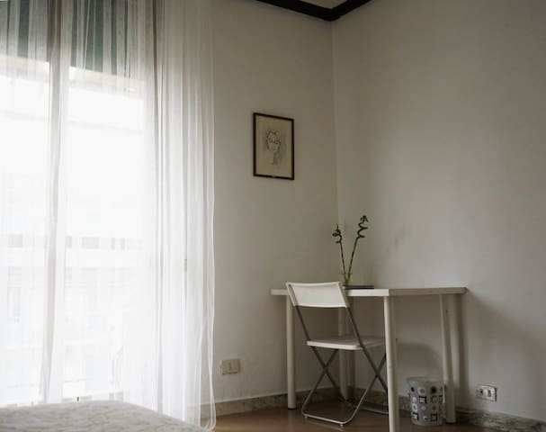 Single room with a balcony - Rome - Appartement