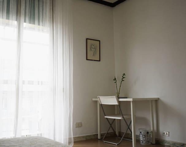 Single room with a balcony - Rome - Leilighet