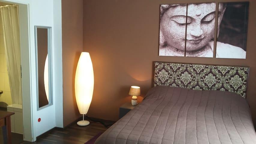 Dokumenta-Lounge. Appartment Bad/Dusche bei Kassel