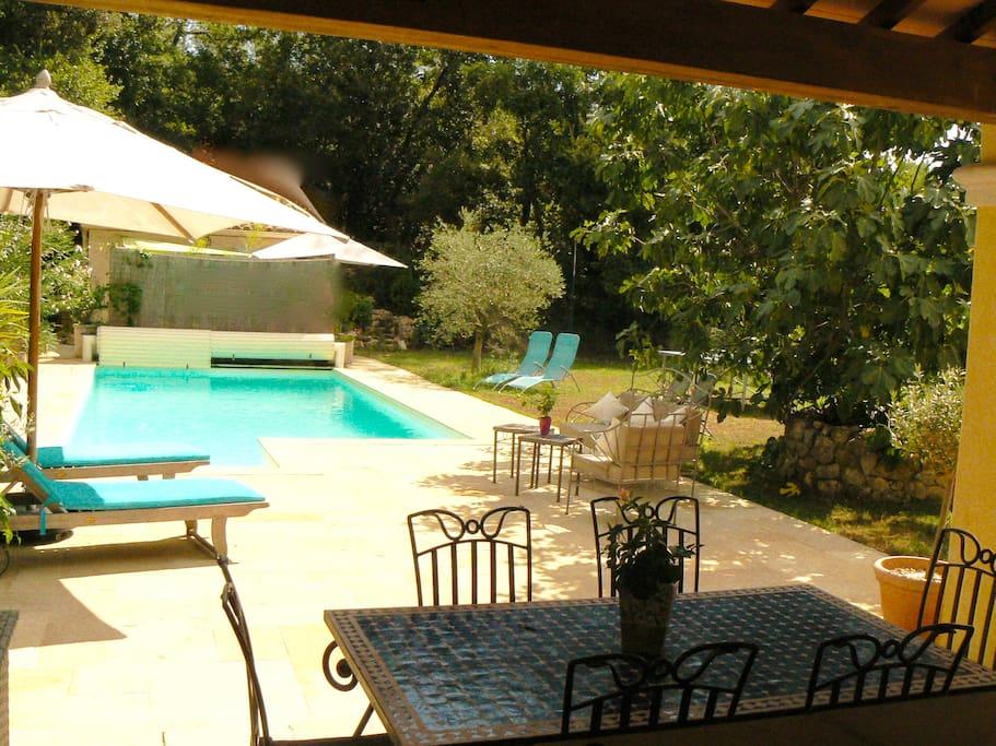Vue sur la piscine depuis la fenêtre de la cuisine. Parfait pour surveiller les enfants dans l'eau tout en préparant le repas !