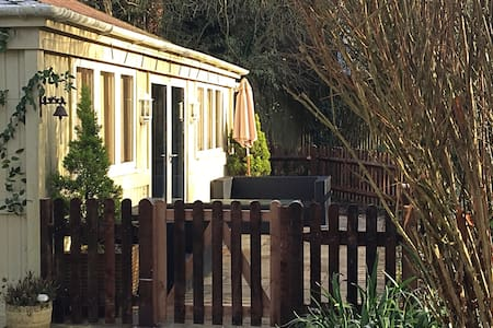 Charming Chalet in beautiful garden in South Downs - Hampshire - กระท่อมบนภูเขา
