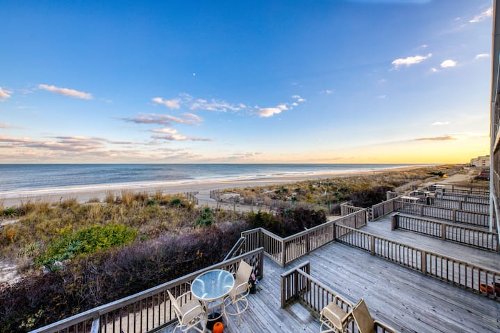 Romantic oceanfront condo w/private balcony, beach access and stunning views!