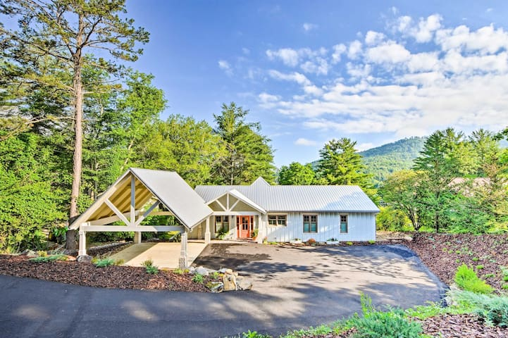 NEW-Luxury Lakefront Hiawassee Cottage w/Boat Dock