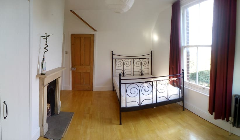 Spacious double en-suite close to central London