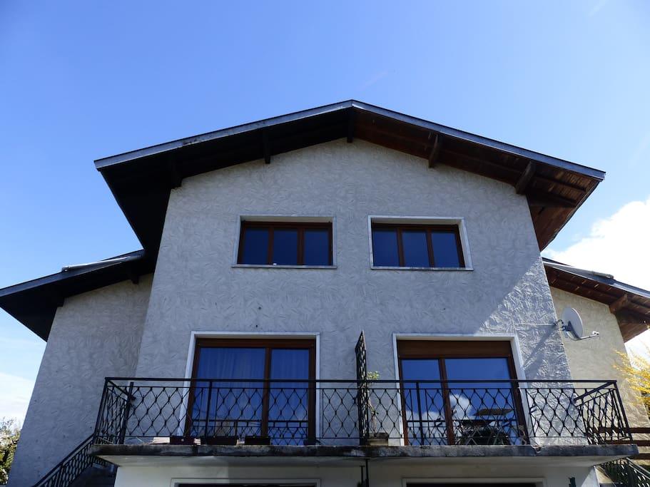 Le logement proposé est dans la partie droite de la maison.