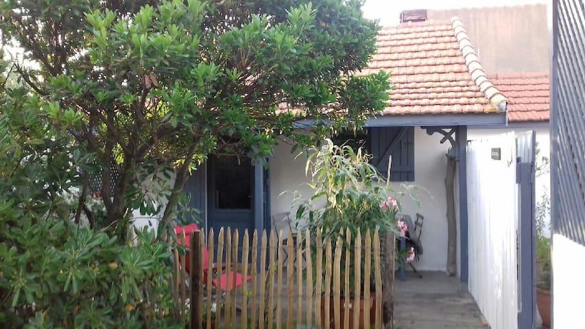 """Petite maison typique à """"2 pas"""" de l'Océan."""