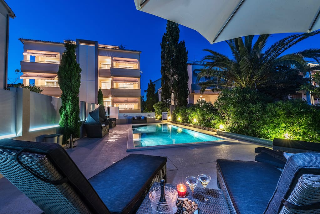 Contessa beach front luxury ap for 5 with a pool for Pool show 5168