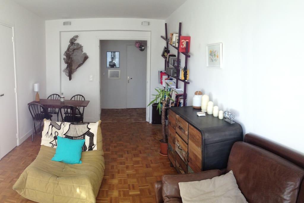 Vue de la porte fenêtre du salon. a gauche la chambre, en face le couloir avec les wc et la cuisine.