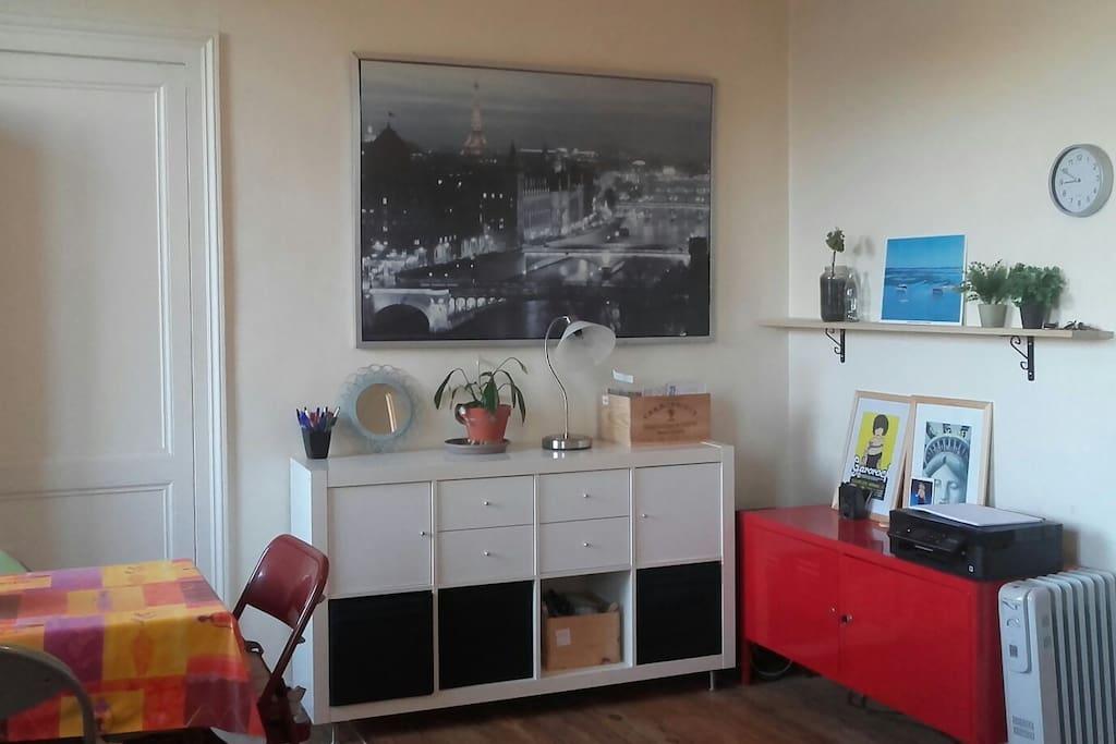 Salle de séjour avec coin salle à manger et salon