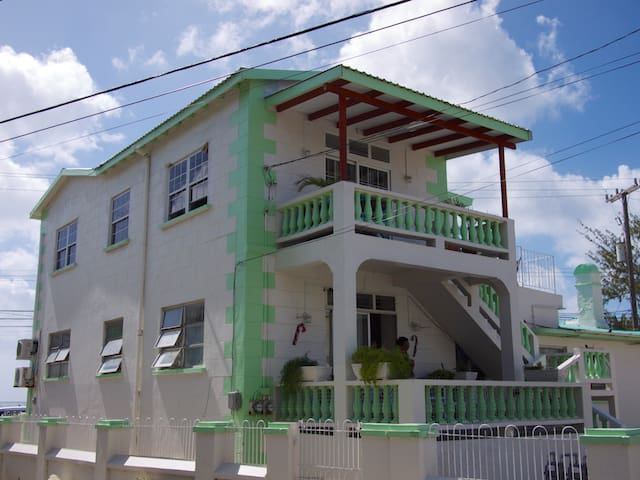 Great 2Bdrm Apt in popular area, very near beach