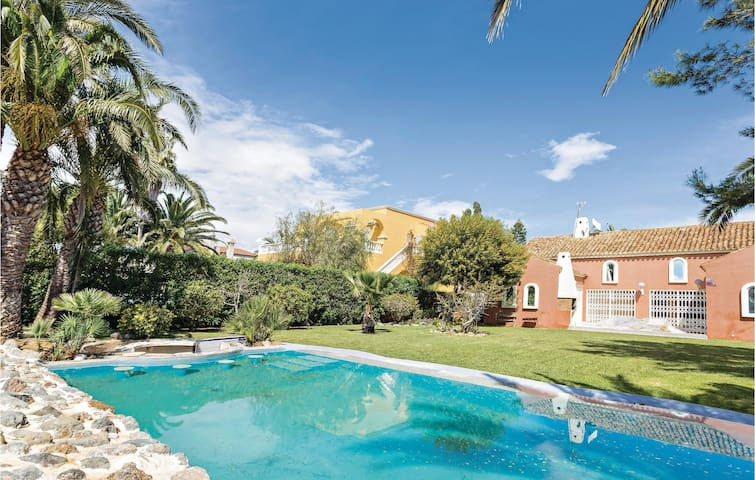 Holiday cottage with 6 bedrooms on 170 m² in Roquetas de Mar