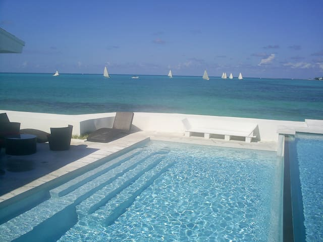 IDEALLY LOCATED VILLA BY THE BEACH - Nassau