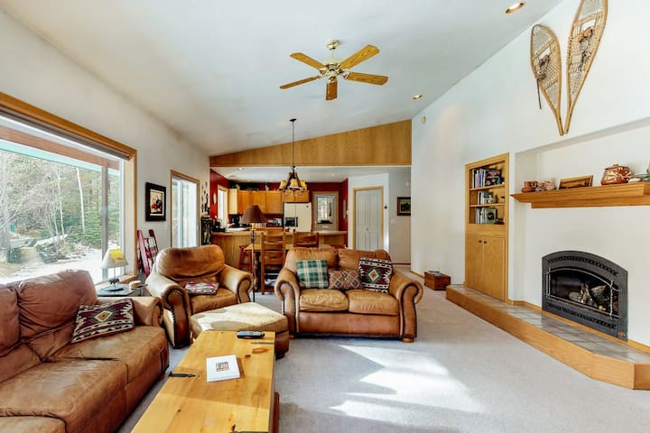NEW LISTING! Mountain cabin w/wrap-around deck, gas fireplace, grill-dogs OK