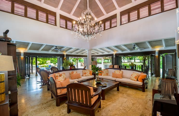 Private Home with Pool/Hot Tub on Golf Course!