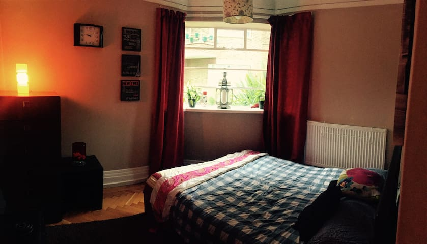 Homely 3 bed flat - Beautiful Location - Riverside - Hampton Wick