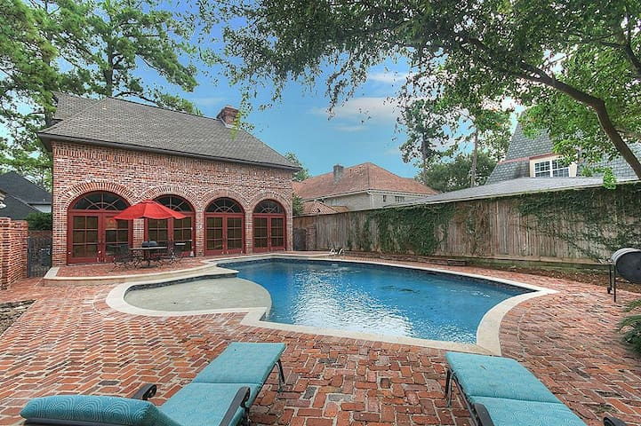 Entire Two-Story Pool House W/ Full Kitchen & More - Houston - Hus
