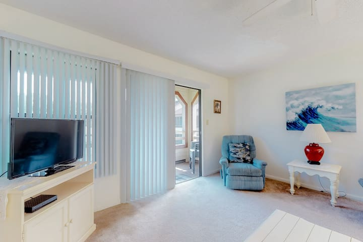 Cute condo with private balcony and shared pool and hot tub