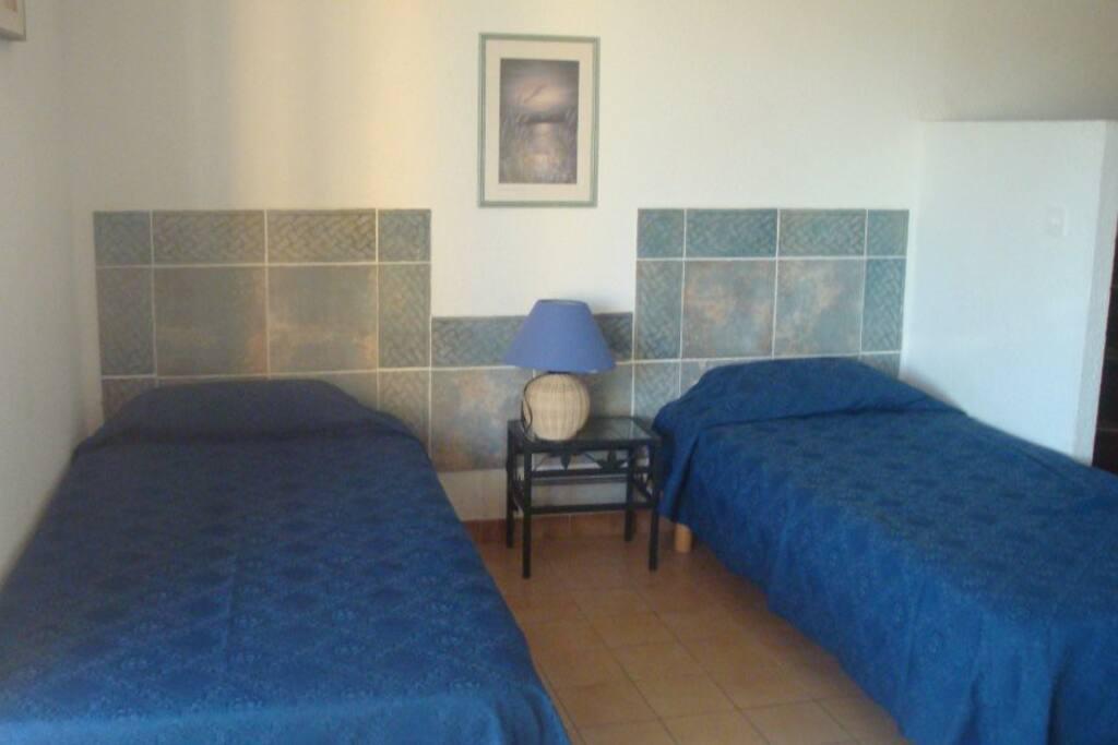 2 lits simples dans la salle à vivre