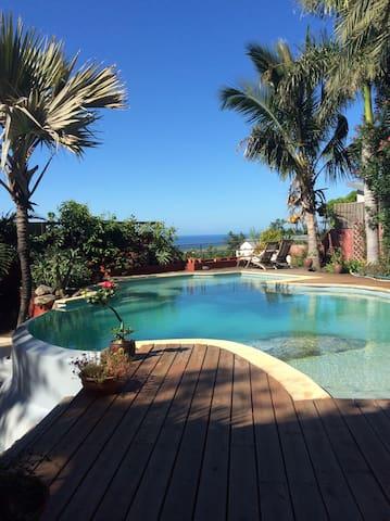 le coin piscine avec vue sur mer