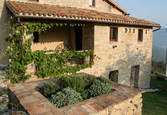 Gorgeous Rustic Farmhouse Apartment - Camerino - Casa