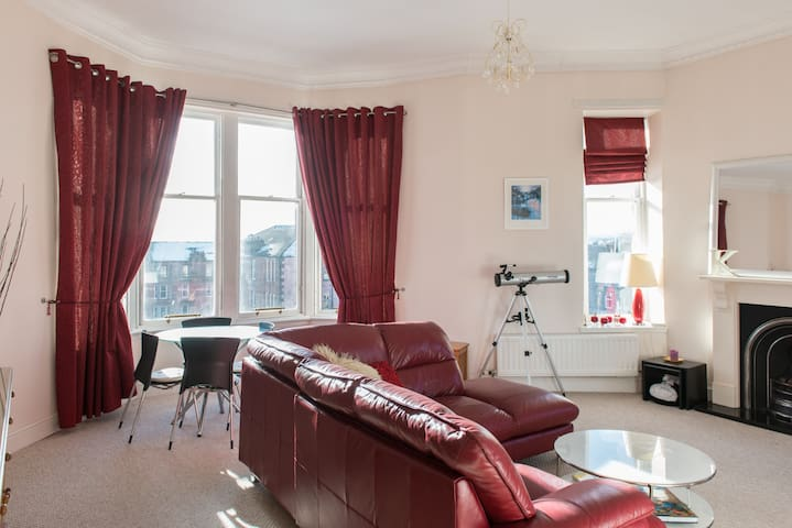 Big trad. flat nr city with great views - Glasgow - Apartment