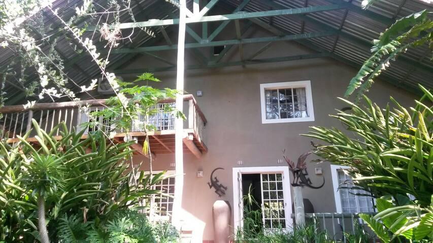 Secure doublestorey Maun guesthouse - Maun - Huis