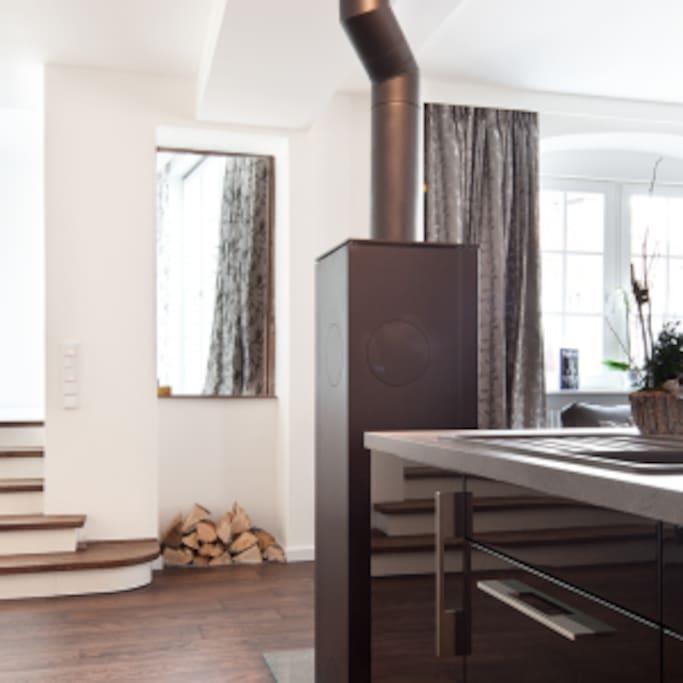 Blick von der Küche zum Ruheraum und Terrasse