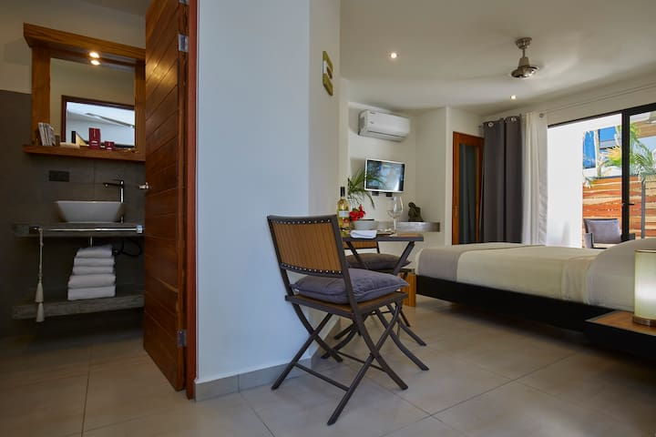 The Serenity Beach Suite #2 - Brand New 2017 - โนซารา