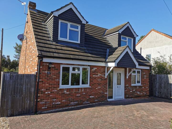 Detached 6 bed house, free WiFi & off-road parking