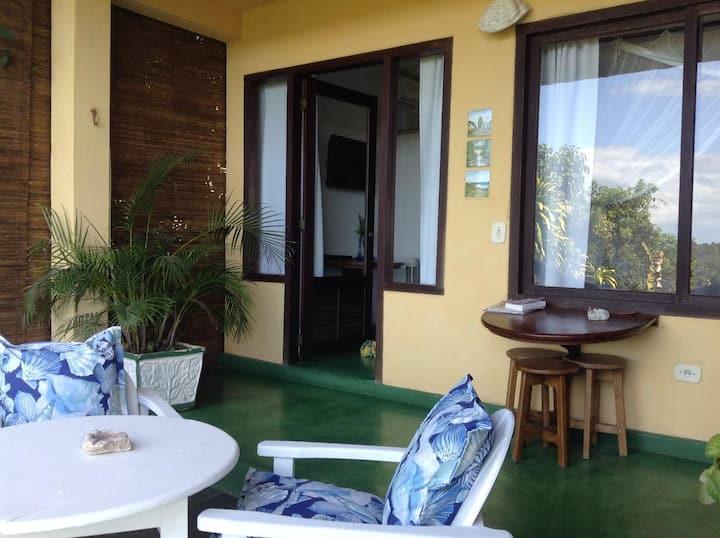 Pousada Mar a Vista - Suite 3: Quarto Triplo Standard Cama Casal e Cama Solteiro Vista Parcial