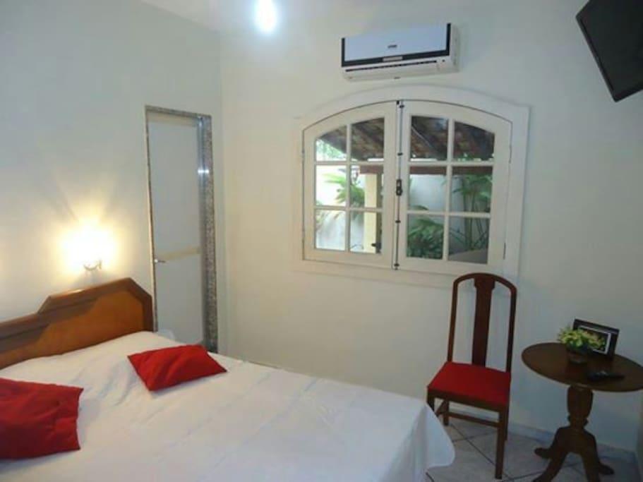 Acomoda 2 pessoas - cama de casal, possui Ar Condicionado, ventilador de teto, Tv a cabo, Wi-Fi, armário grande e espaçoso com gavetas, vaga de garagem.