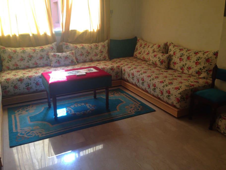 Salon lumineux comprenant trois confortables canapés