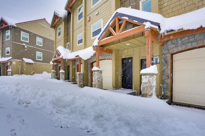 Tasteful condo steps from slopes with shared hot tub & pool