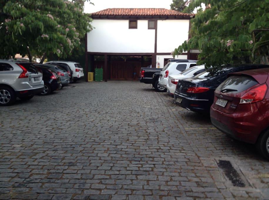 Estacionamento do Condomínio, podendo estacionar apenas 1 carro por casa.