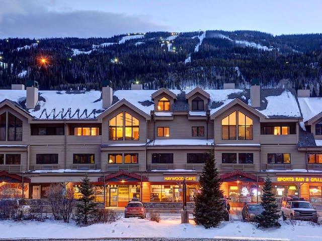 Walk to Ski Slopes! Large 3BR/3 Bath + Loft