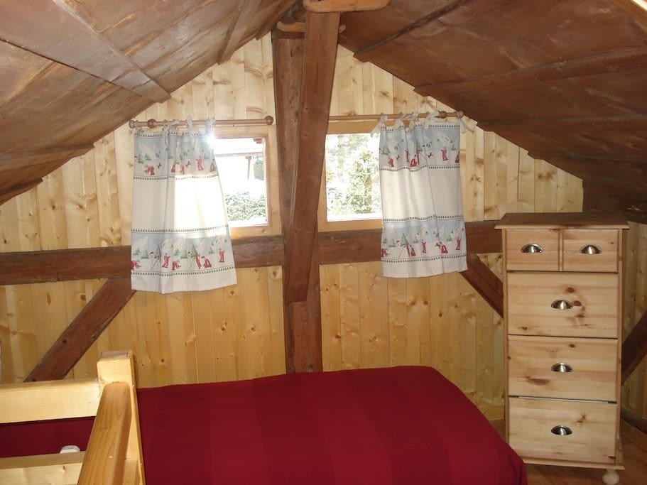 vue de la chambre mansardée située au premier étage.