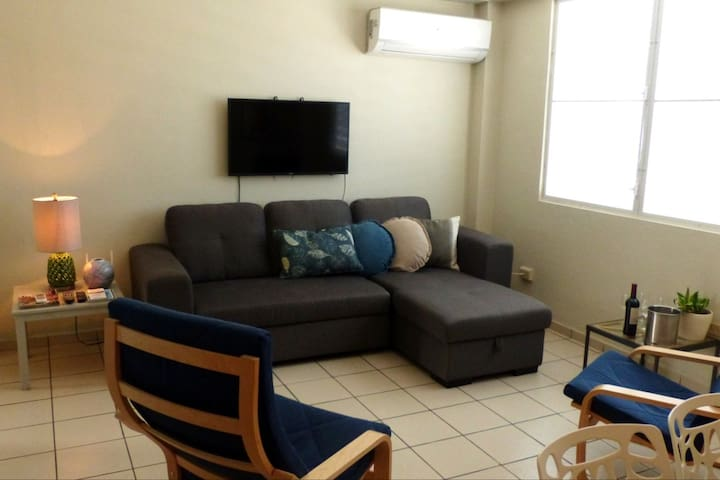 Comfortable Living Room with Central A/C TV w/Netflix & Cable