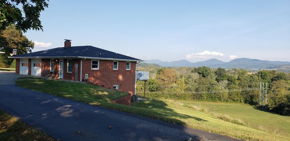 Sunrise Ridge Farms Cottage with Mountain Views