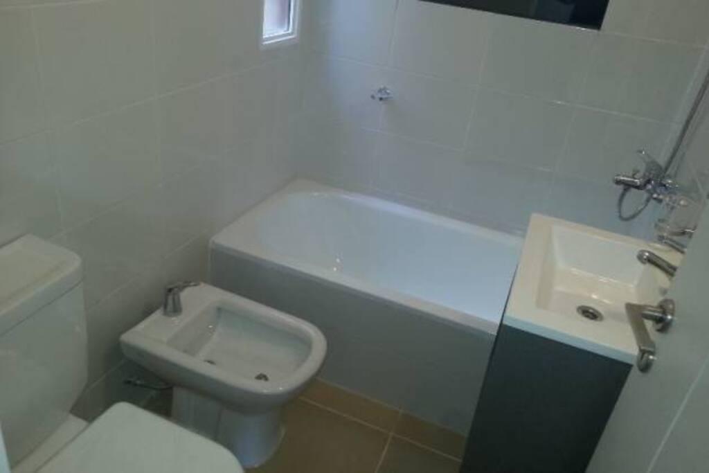 El baño es pequeño pero muy cómodo, y la grifería excelente.