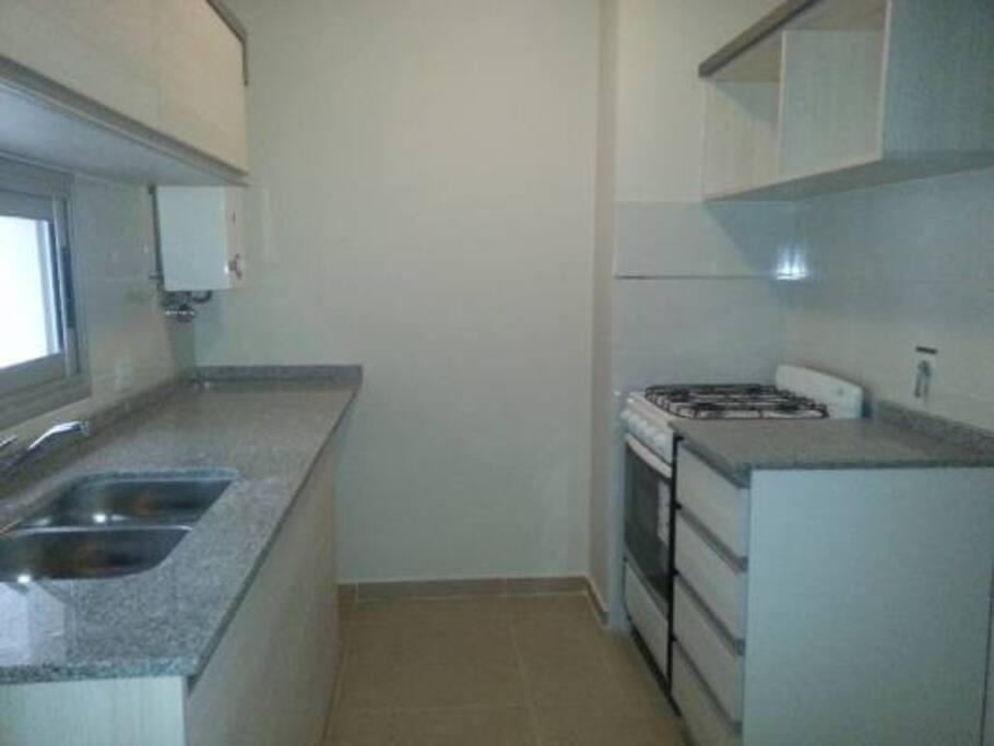 La cocina es así, mucho espacio de guardado...
